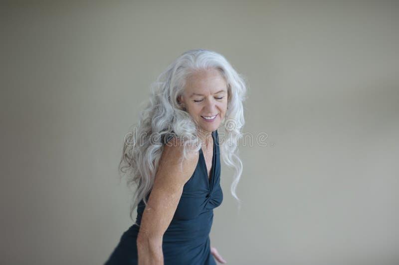 Expresiones creativas de una mujer mayor feliz sana fotos de archivo libres de regalías