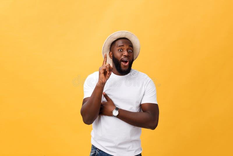 Expresiones, emociones y sensaciones del rostro humano Hombre afroamericano joven hermoso que mira para arriba con pensativo y imagenes de archivo