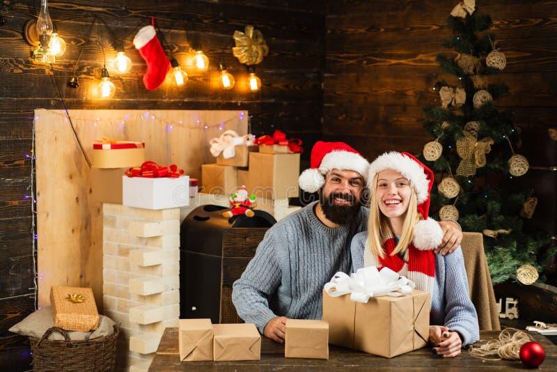 Expresiones faciales de las emociones humanas positivas Feliz Navidad y Feliz Año Nuevo La Navidad de la familia feliz Concepto d fotografía de archivo libre de regalías