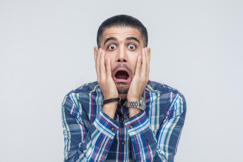 Expresiones y emociones del rostro humano Hombre que sostiene los brazos en su che imagen de archivo libre de regalías