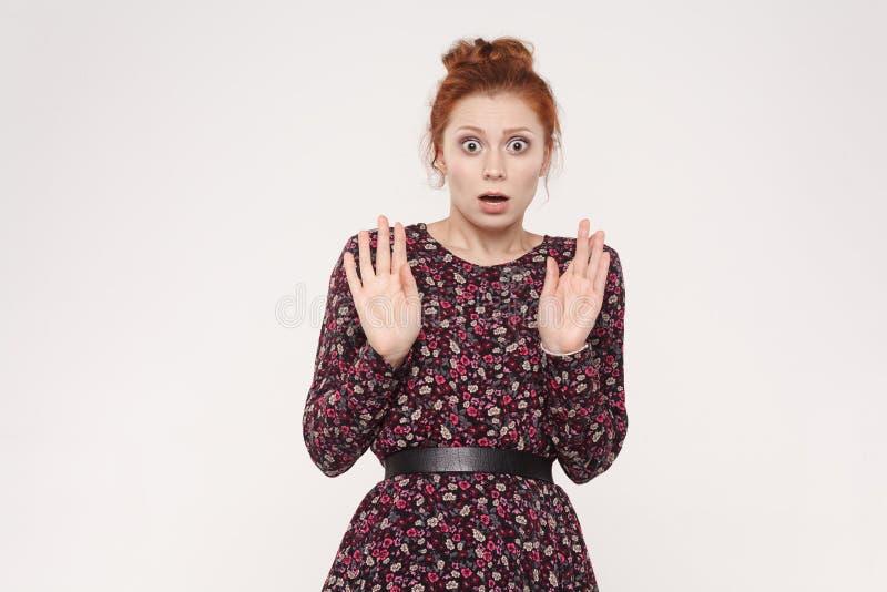 Expresiones y emociones del rostro humano La mujer joven del pelirrojo da u foto de archivo