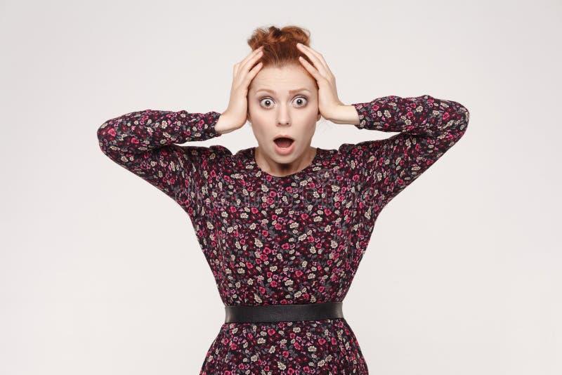 Expresiones y emociones del rostro humano Señora del pelirrojo que mira el desper fotos de archivo