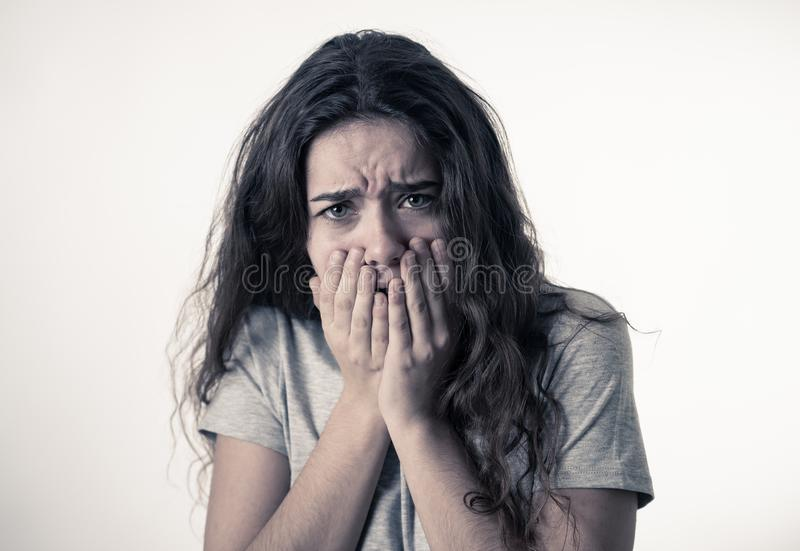 Expresiones y emociones humanas Muchacha atractiva joven del adolescente que parece asustada y chocada fotos de archivo