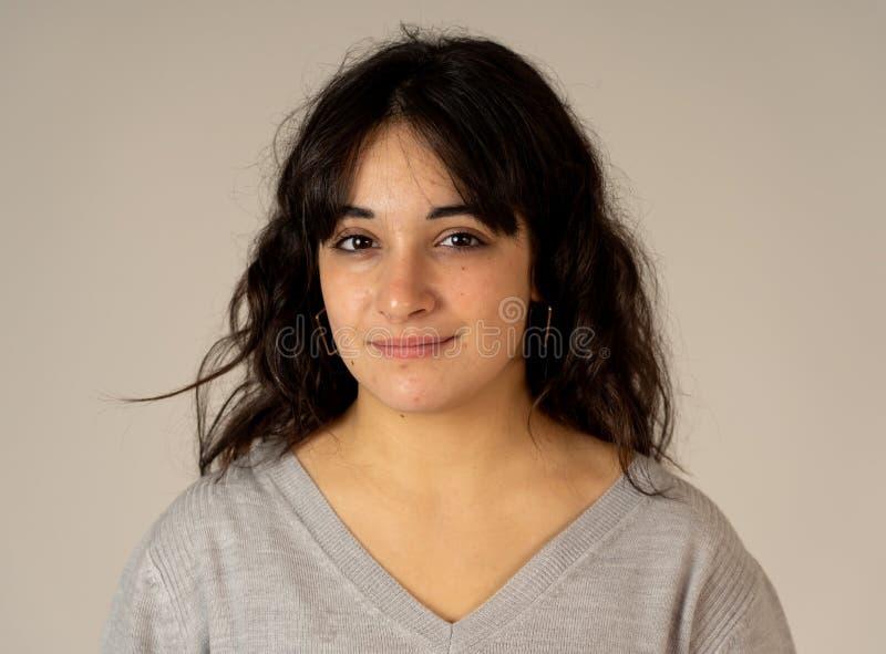 Expresiones y emociones humanas Retrato de la mujer atractiva joven con la cara feliz sonriente foto de archivo