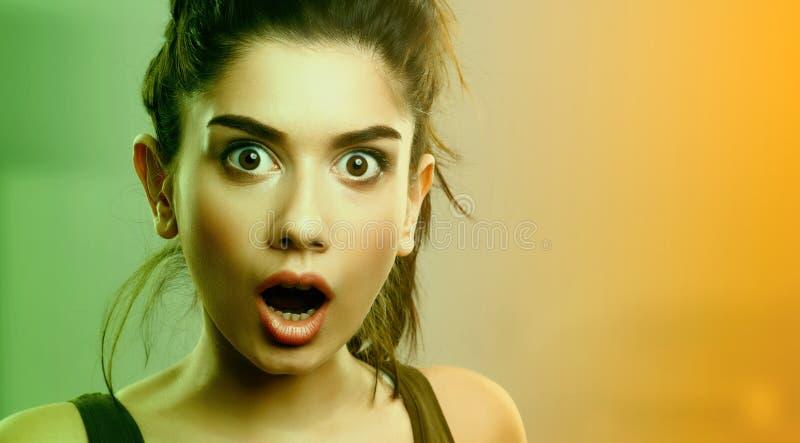Expressão da cara da jovem mulher surpreendida chocada fotos de stock royalty free