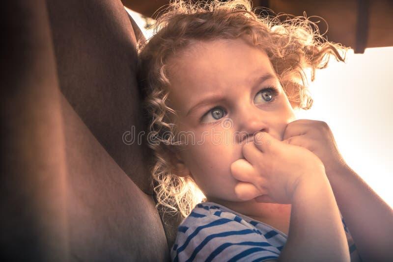 Expressão facial do retrato assustado da emoção da preocupação da criança que simboliza a expressão da preocupação e do susto na  imagens de stock royalty free