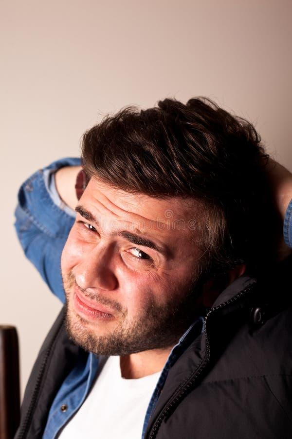 Expressão facial irritada de homem novo imagem de stock