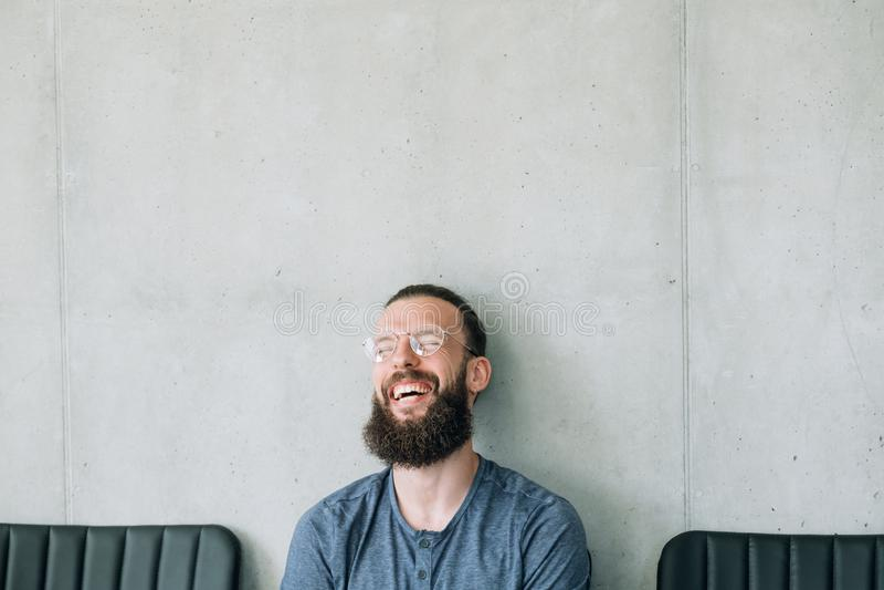 Expressão farpada de riso feliz da emoção do homem fotografia de stock