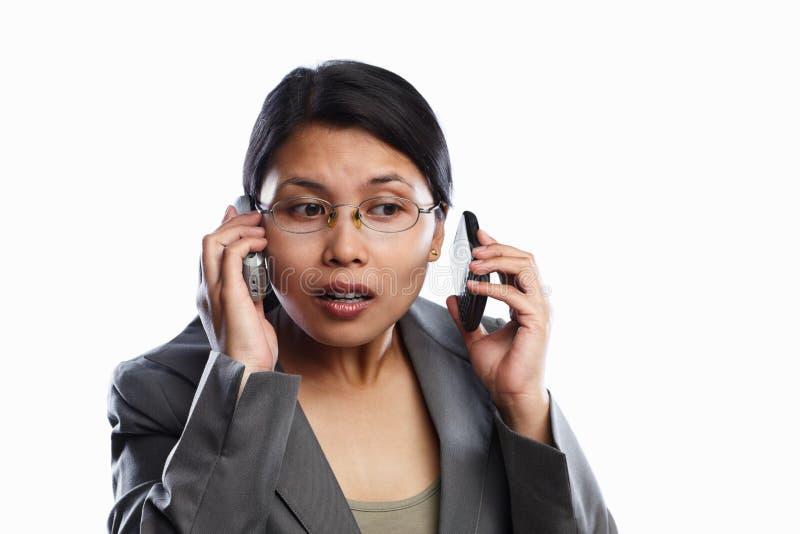 Expressão ocupada da mulher de negócios usando o atendimento video fotografia de stock royalty free