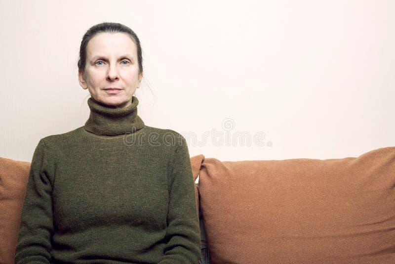 Expressão triste e deprimida da mulher adulta imagens de stock royalty free