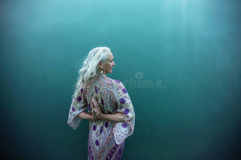 Expressões criativas de uma mulher superior espiritual fotos de stock royalty free