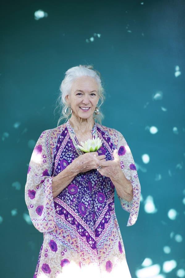 Expressões criativas de uma mulher superior espiritual foto de stock royalty free