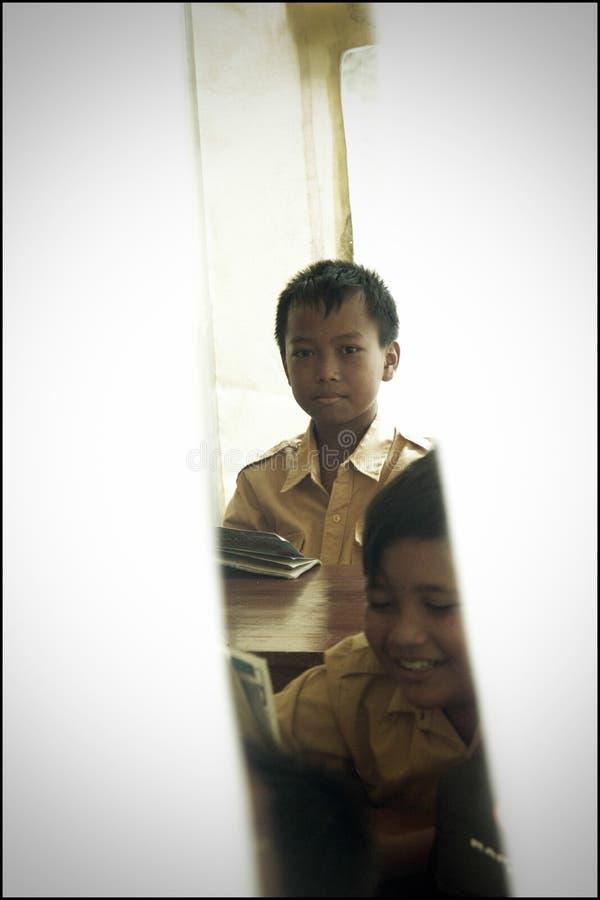 Expressões de Little Boy na escola provisória em casernas da evacuação após a erupção da montanha de Merapi foto de stock royalty free