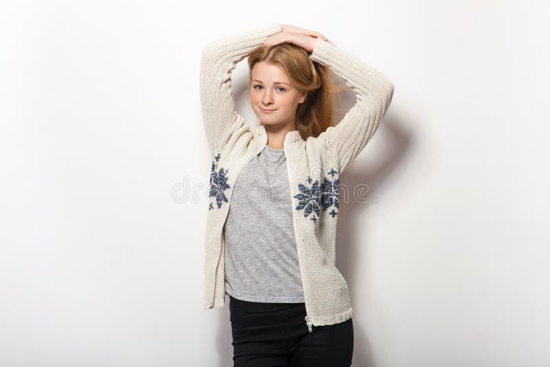 Expressões e emoções do rosto humano Mulher adorável nova do ruivo nas mãos acolhedores da camisa atrás da cabeça com o cabelo ve fotografia de stock