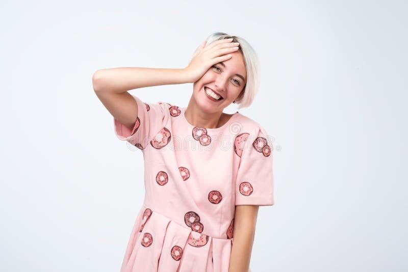 Expressões e emoções do rosto humano Mulher bonita nova alegre positiva no vestido cor-de-rosa que ri do gracejo imagens de stock royalty free