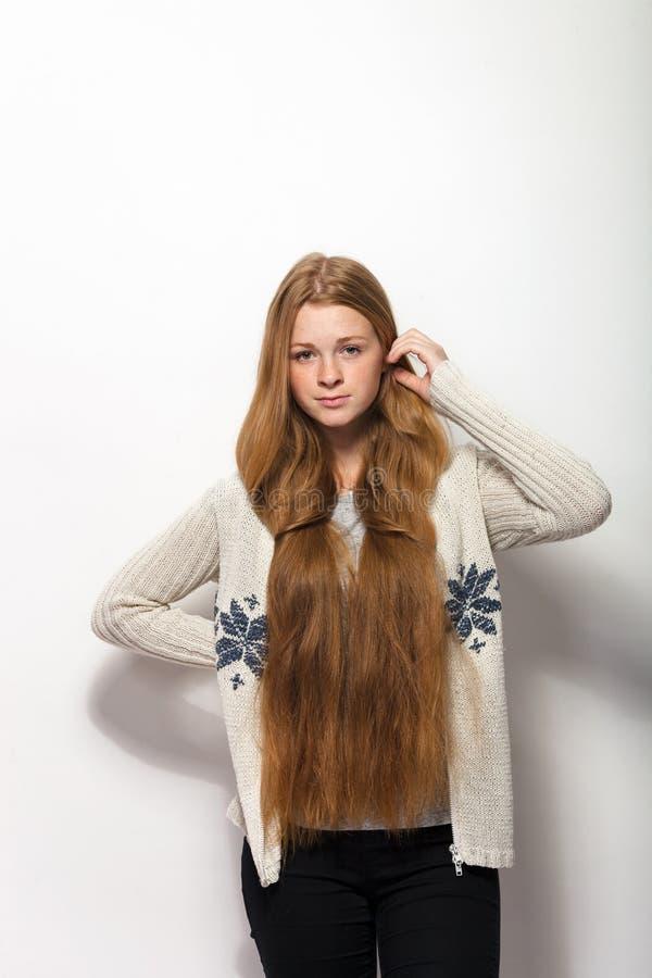Expressões e emoções humanas da pose Retrato da mulher adorável nova do ruivo que mostra lhe o cabelo vermelho natural longo extr imagem de stock