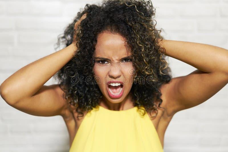 Expressões faciais da mulher negra nova na parede de tijolo fotos de stock