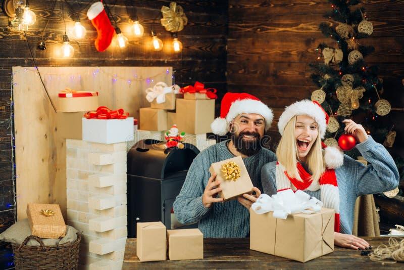 Expressões faciais das emoções humanas positivas Interior do Natal Natal da família feliz Ano novo feliz Conceito do ano novo fotografia de stock royalty free