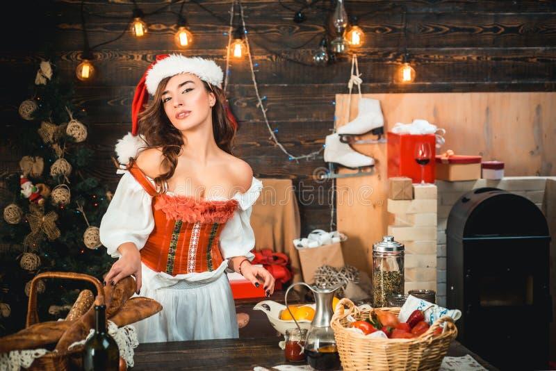 Expressões faciais das emoções humanas positivas Jovem mulher bonito com chapéu de Santa Ano novo feliz Mulher 'sexy' com Natal fotografia de stock