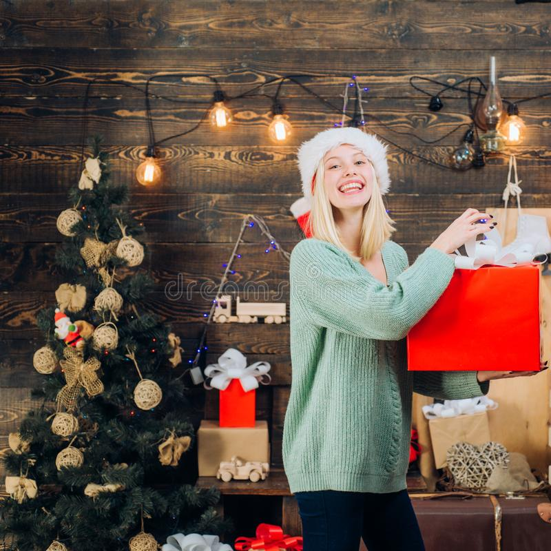 Expressões faciais das emoções humanas positivas Presente do ano novo conceito dos feriados e dos povos de inverno Menina engraça imagem de stock royalty free