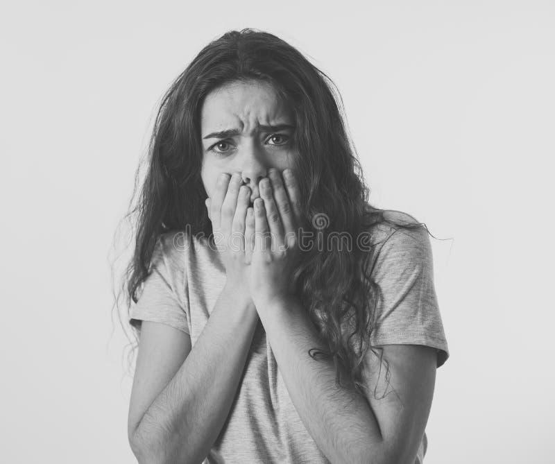 Express?es e emo??es humanas Menina atrativa nova do adolescente que olha assustado e chocada fotos de stock