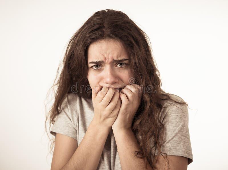 Express?es e emo??es humanas Menina atrativa nova do adolescente que olha assustado e chocada fotografia de stock