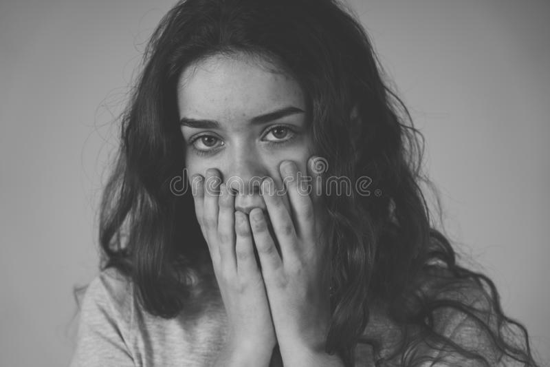 Express?es e emo??es humanas Mulher triste nova do adolescente que olha deprimida e imposs?vel fotografia de stock royalty free