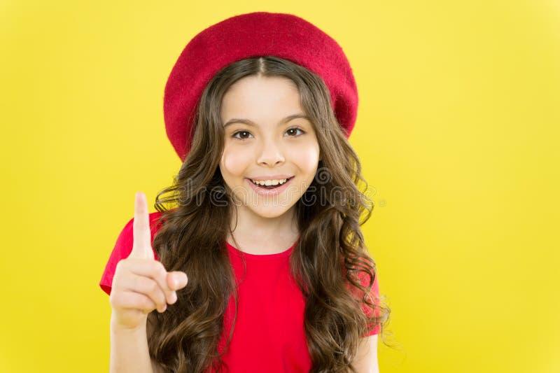 Express?o emocional Modelo adolescente brincalh?o Conceito ativo das habilidades Pontas e truques a afrouxar acima na frente da c foto de stock