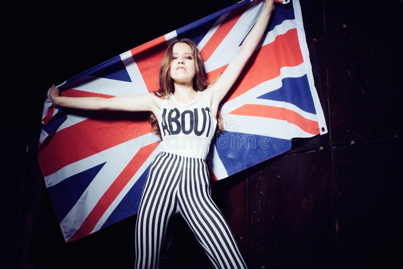 Expressief portret van een mooi jong meisje met een Britse vlag royalty-vrije stock foto's