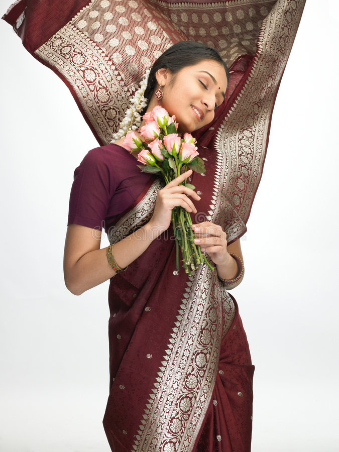 Expressieve Indische vrouw met roze rozen stock foto