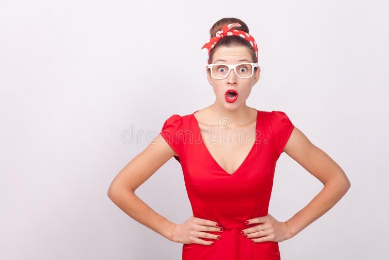 Expressieve verraste vrouw, open mond met schok, die ca bekijken stock afbeeldingen