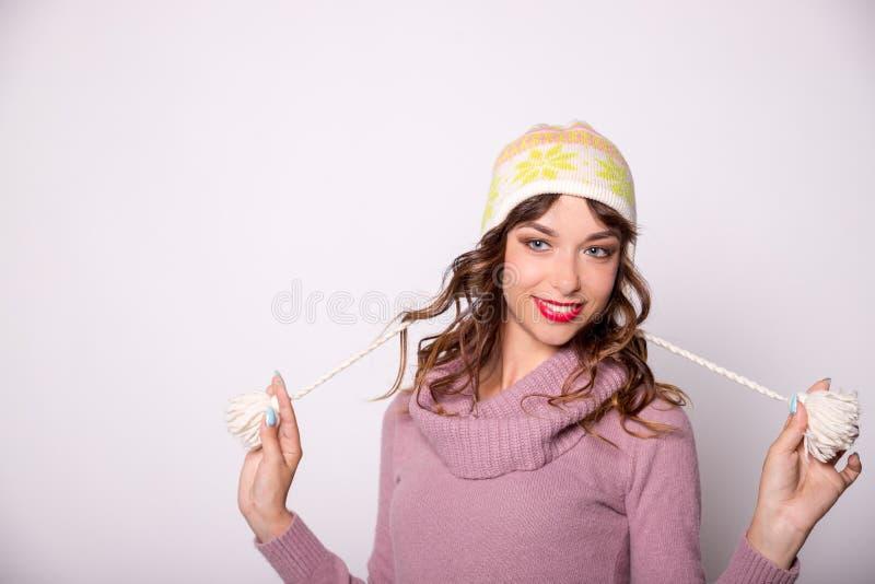 Expressieve Vrouw de Winter GLB dragen en trui die op Witte Achtergrond wordt geïsoleerd die Glimlachend meisje in gebreide comfo stock fotografie