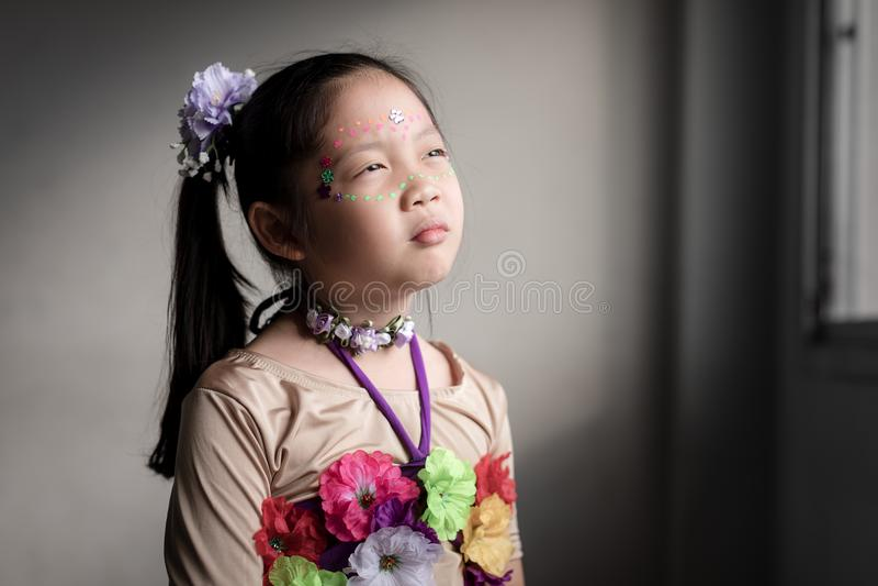 Expression asiatique triste et isolée de visage d'enfant photos libres de droits