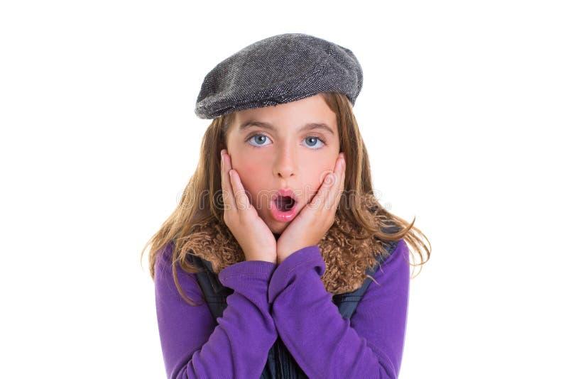 Expression de visage de fille d'enfant d'enfant des mains de surprise dans le visage image libre de droits