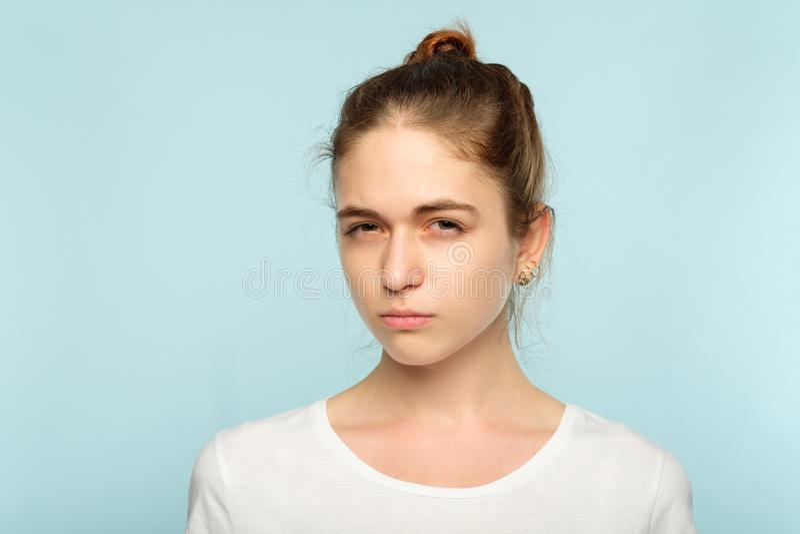 Expression douteuse de strabisme méfiante de visage de fille photos libres de droits