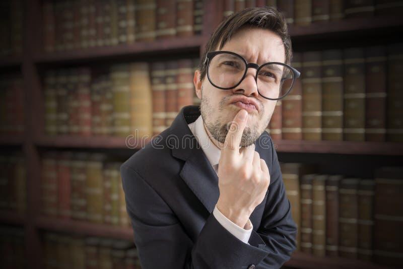 Expression drôle de professeur méfiant dans la bibliothèque image libre de droits