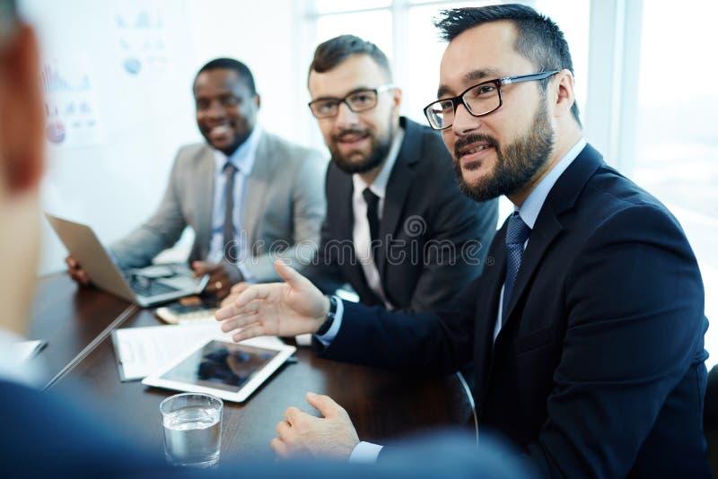 Expression du point de vue au cours de la réunion d'affaires photos stock