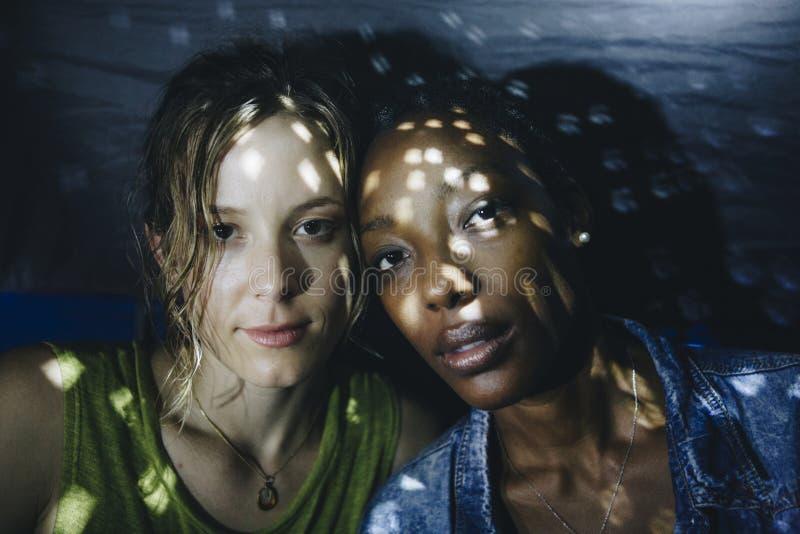 Expression du visage de couples de LGBT avec la boule de disco la nuit image libre de droits