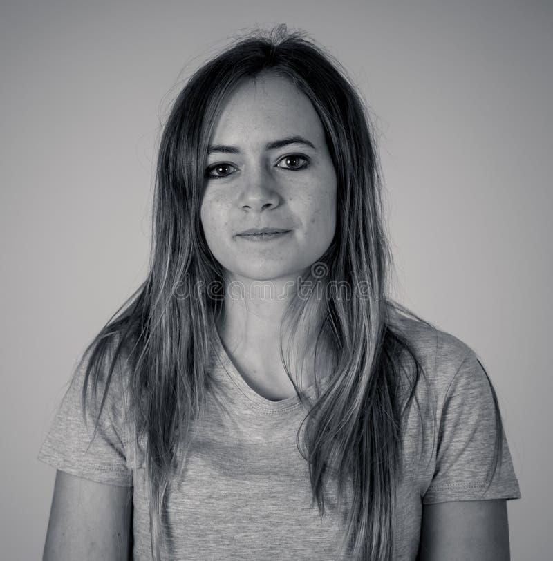 Expression humaine et émotion Jeune femme séduisante au visage neutre photos libres de droits