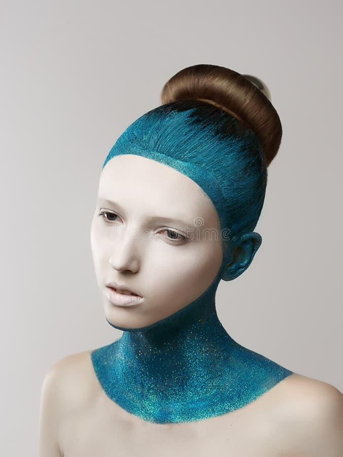 Expression. Imagination. Femme excentrique avec la peau et les cheveux peints par bleu. Coloration image libre de droits