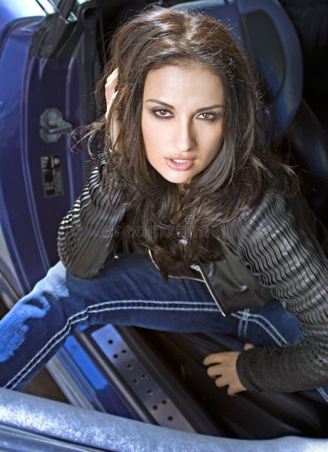 Expressional Frau im Auto lizenzfreies stockfoto