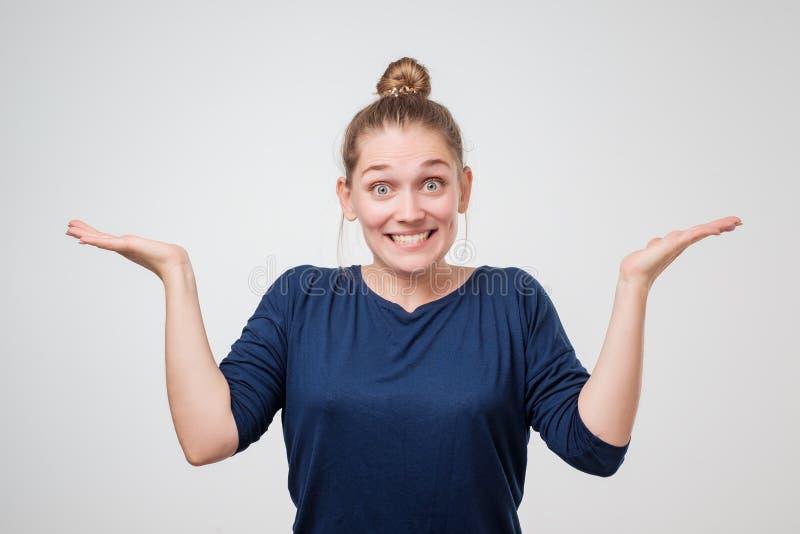 Expressions et émotions de visage humain Portrait de jeune femme européenne désespérée avec la bouche grande ouverte image stock