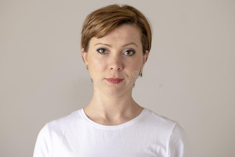 Expressions et émotions humaines Jeune femme attirante avec un visage neutre image libre de droits