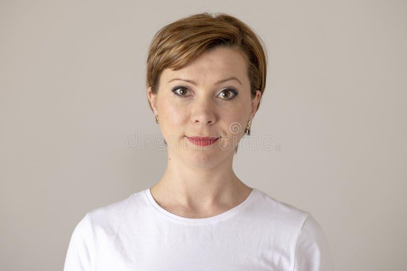 Expressions et émotions humaines Jeune femme attirante avec un visage neutre photos stock