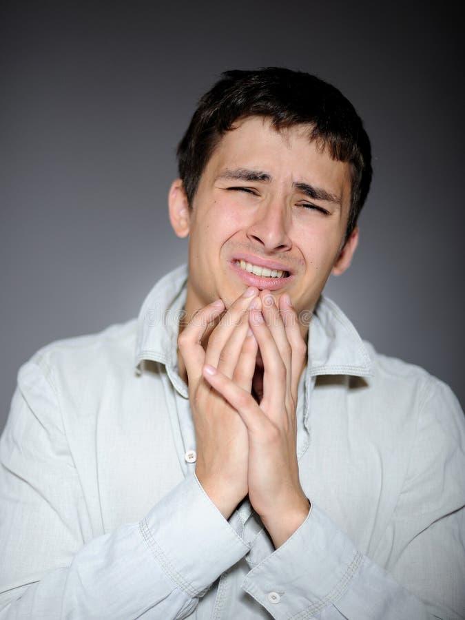Expressions.young Manngefühlsfurcht und -c$schreien lizenzfreies stockfoto