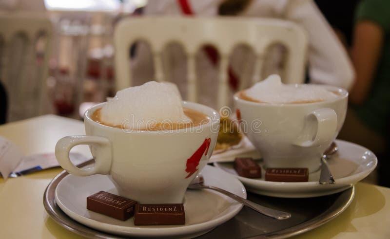 Expresso de café avec du lait et le chocolat de mousse photo libre de droits