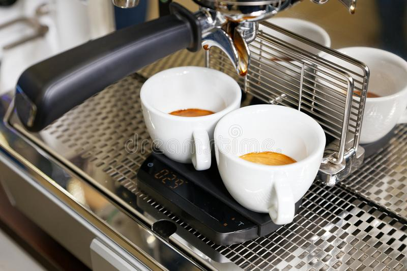 Expresso de café préparant dans la machine de café image stock