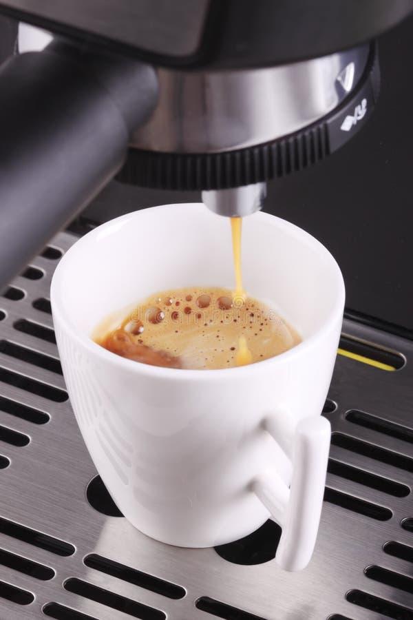Expresso del café que es vertido en una taza foto de archivo libre de regalías