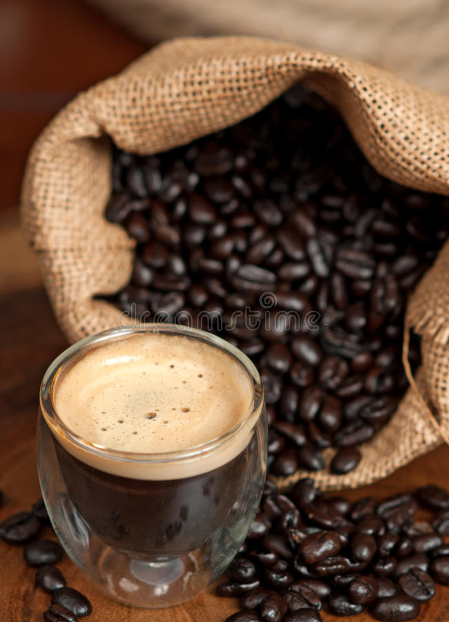 Expresso et grains de café photos stock
