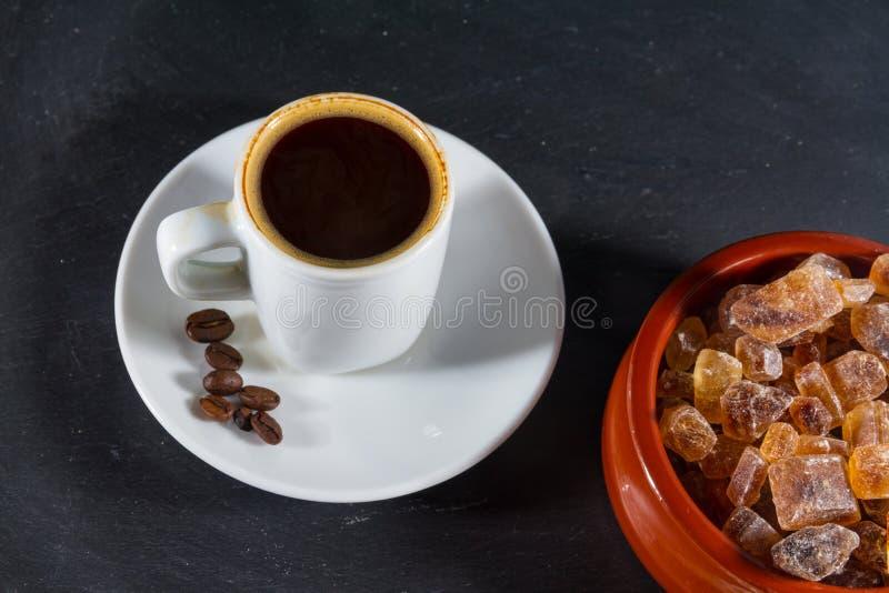 Expresso-koffie met bonen door Duitse rotssuiker Brauner Kandis i stock foto's